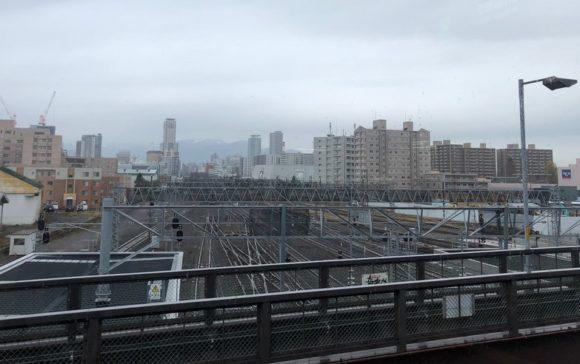 苗穂駅の橋上駅舎から札幌駅方面を見渡す