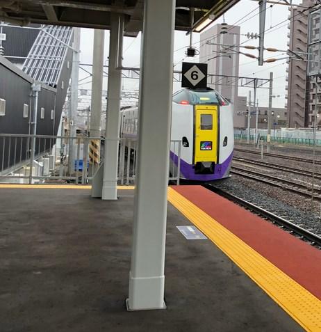 特急が入ってくる苗穂駅